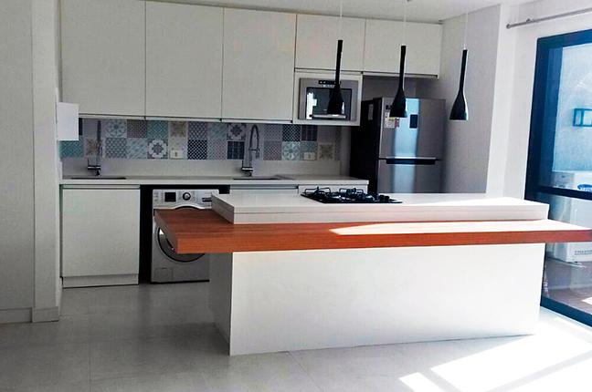 Cozinha integrada com luminárias