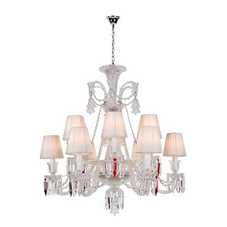 Lustre modelo baccarat com estrutura em cristais e vidro, cúpulas revestidas em seda na cor branca, braços trançados e acompanha cristais na cor vermelha.